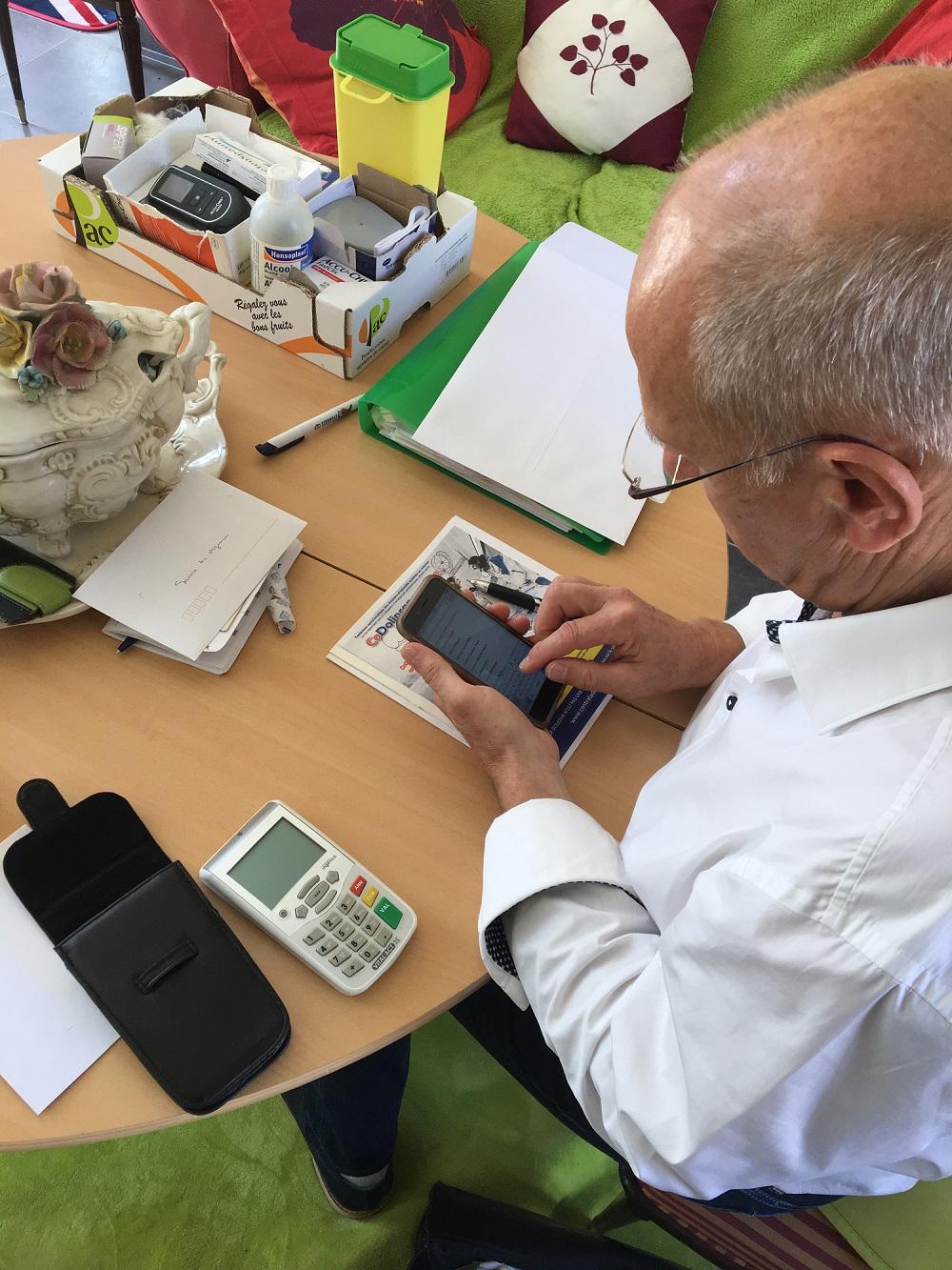 Le Dr Hiollet utilisant Globule lors d'une visite à domicile