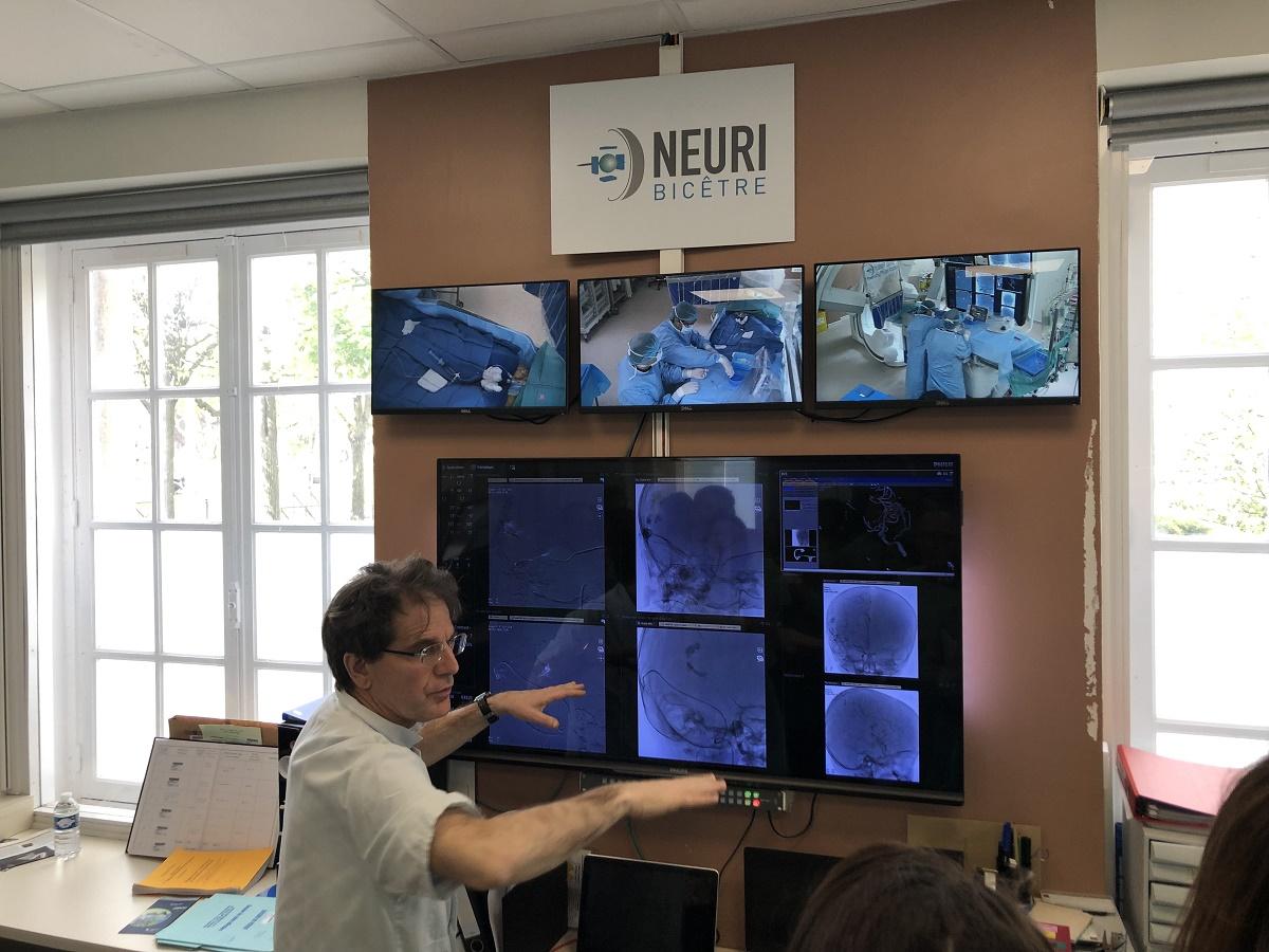 Au centre Neuri de Bicêtre, le Pr Laurent Spelle montre les retours d'images prises dans les salles de radiologie interventionnelle. Photo: Raphaël Moreaux/APMnews